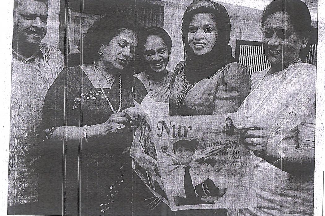 Shahrizat Abdul Jalil (dua dari kanan) bergambar bersama-sama wakil-wakil Caucus For Malaysian Indian Women Leaders